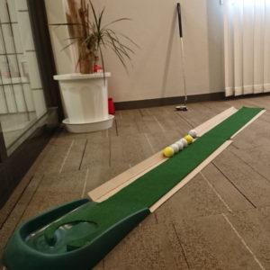 リラックスルームでパターゴルフも!